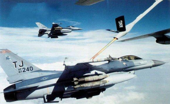 Пара истребителей F-16C принимает топливо от заправщика KC-135