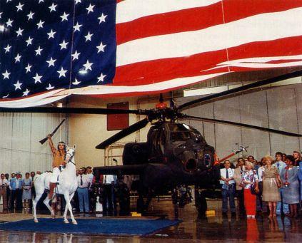 церемония передачи первого AH-64A Армии США