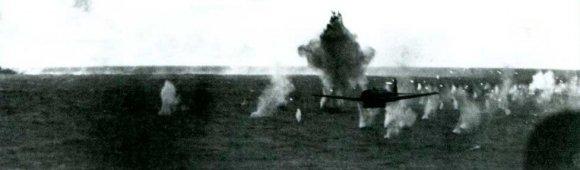 B6N атакует авианосец «Йорк-таун» (CV 10)