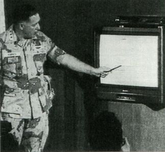 генерал-лейтенант Чак Хорнер показывает видеозапись, снятую через прицел американского боевого самолёта