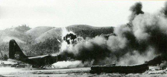 попадание северовьетнамской миномётной мины в самолёт С-130Е