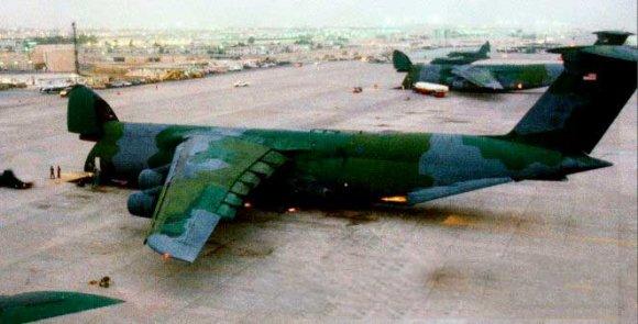 C-5А выгружает грузы на авиабазе в Саудовской Аравии