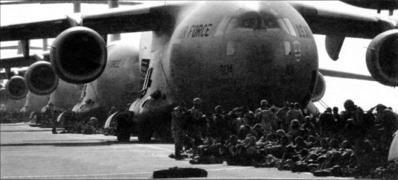 Солдаты перед посадкой в самолёты