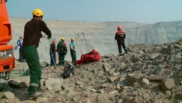 Поиски шахтеров на руднике «Мир»