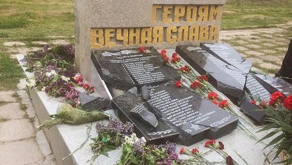 повреждения мемориала памяти участников Великой Отечественной войны