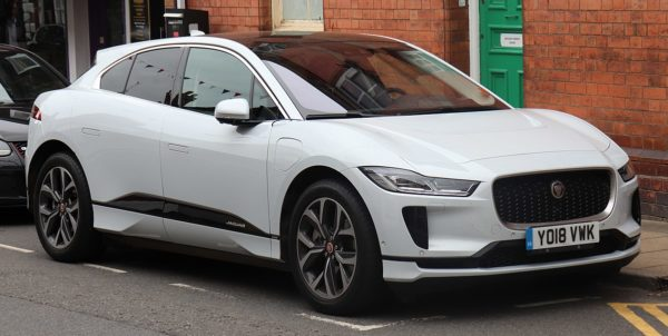 В Киеве засняли электромобиль Jaguar на эвакуаторе