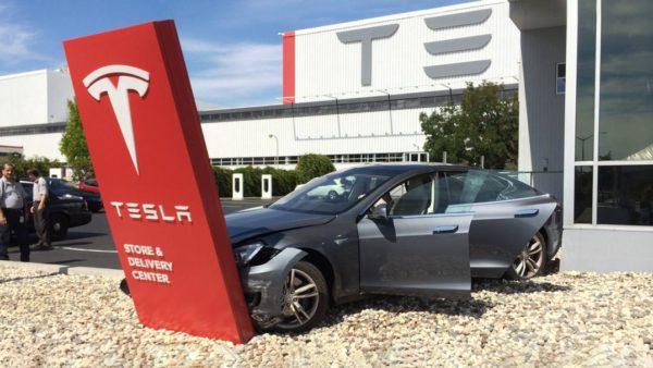 На видео показали, как автопилот Tesla ориентируется в грозу